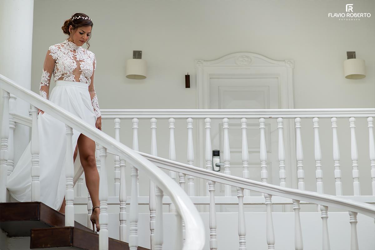 noiva descendo a escadaria do hotel