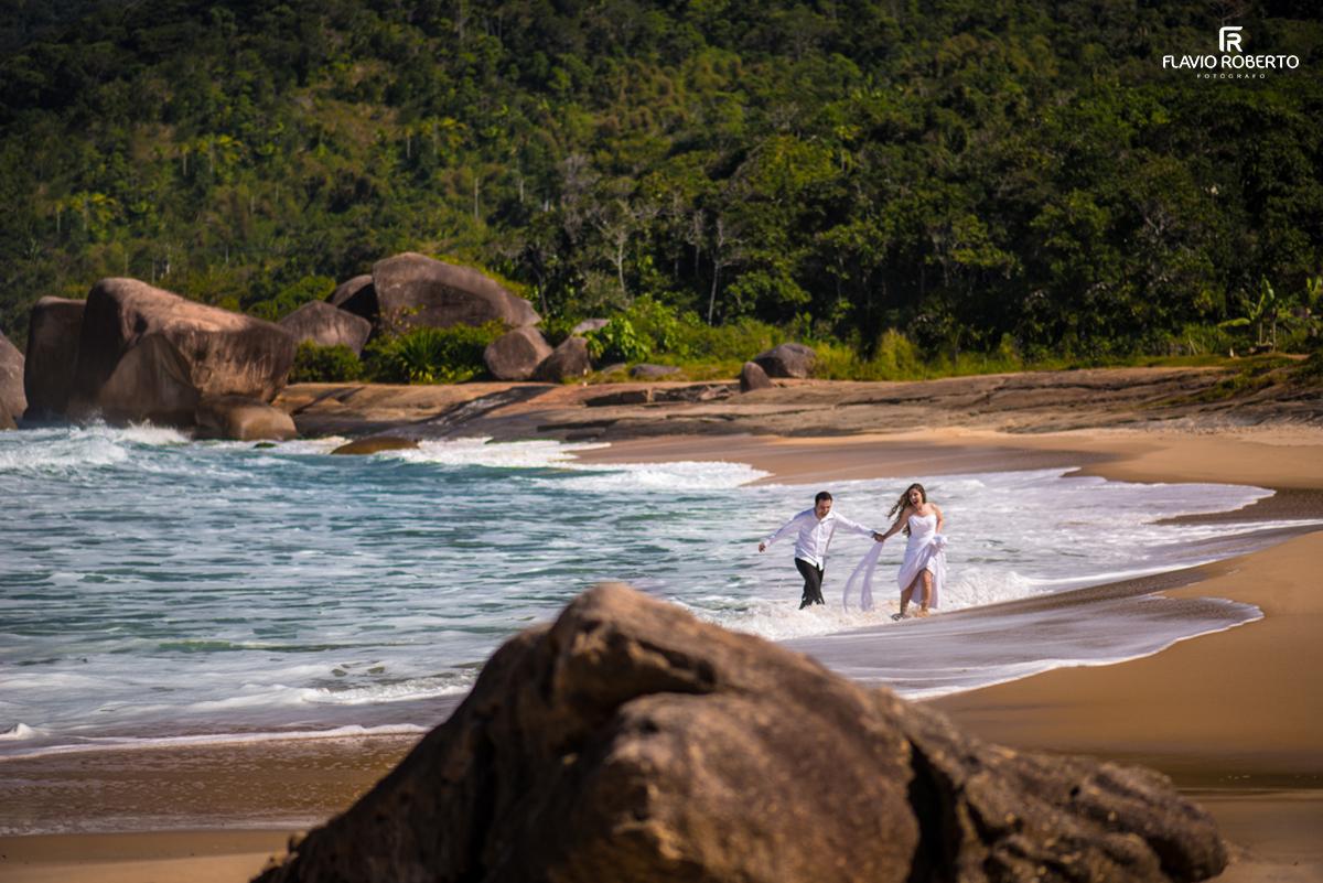 Noivos correndo na praia em Trindade-RJ