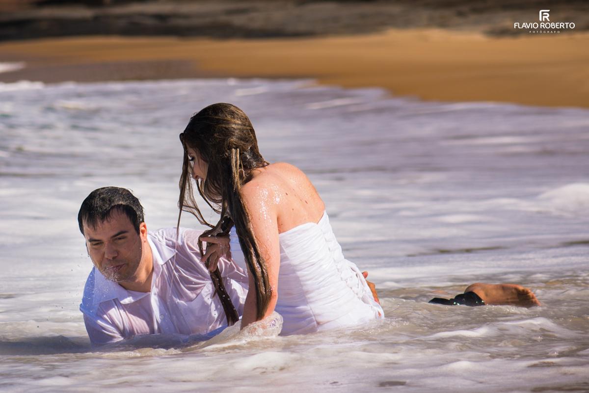 noivos tomando agua da praia trash the dress