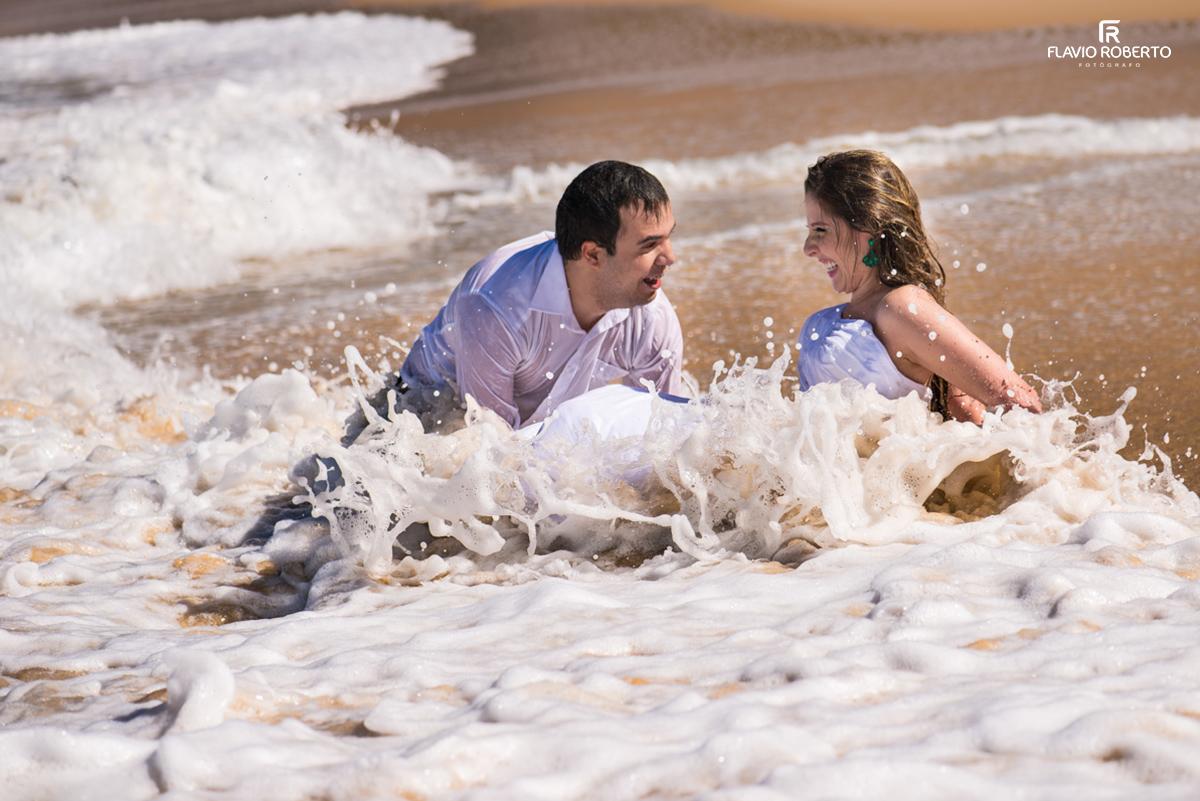 casal curtindo na praia