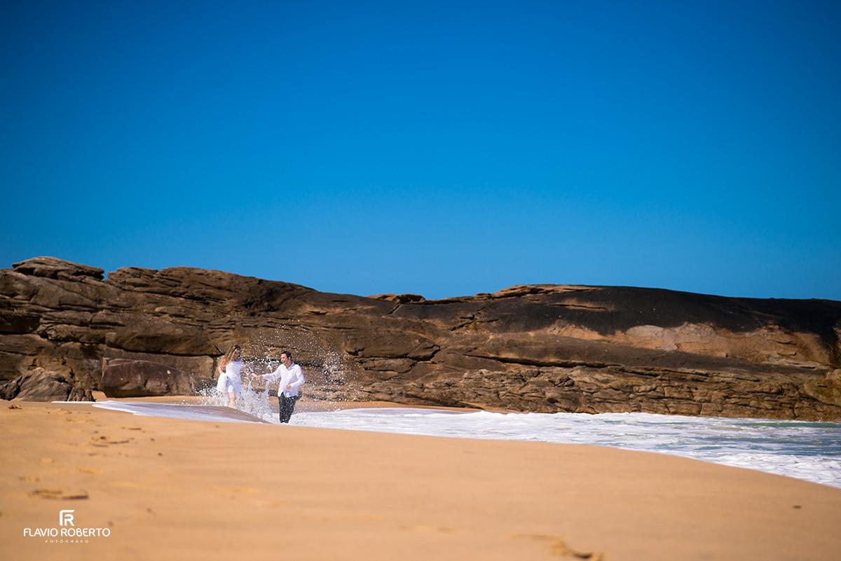 noivos brincando nas praias de Trindade RJ