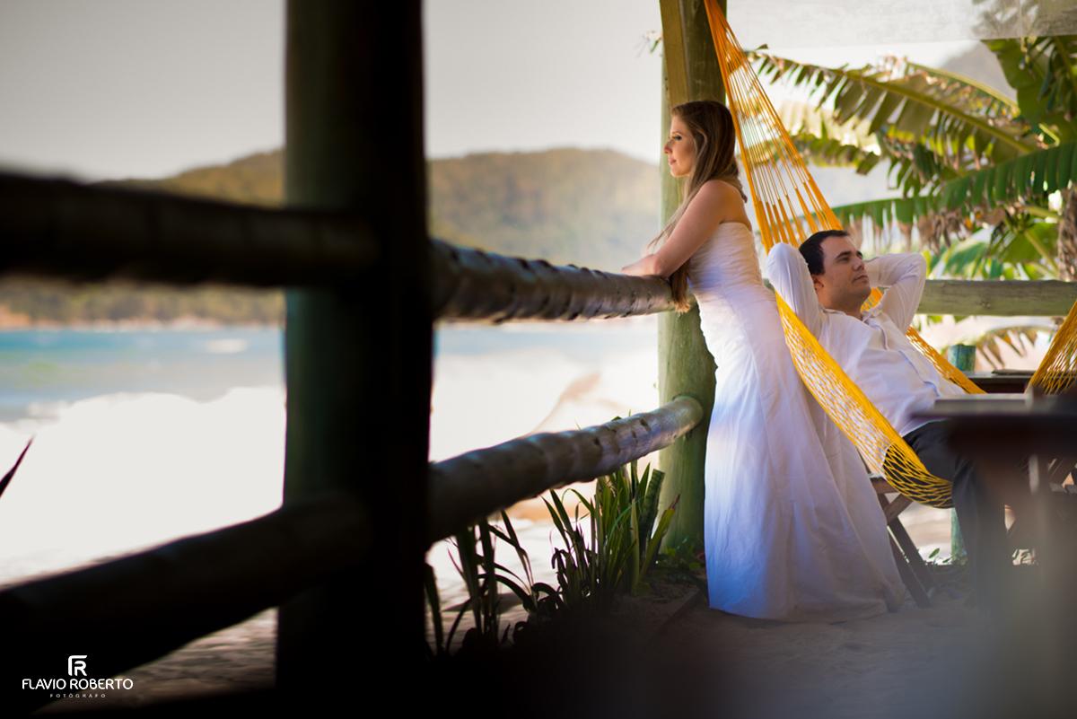 casal olhando o mar em trindade rj