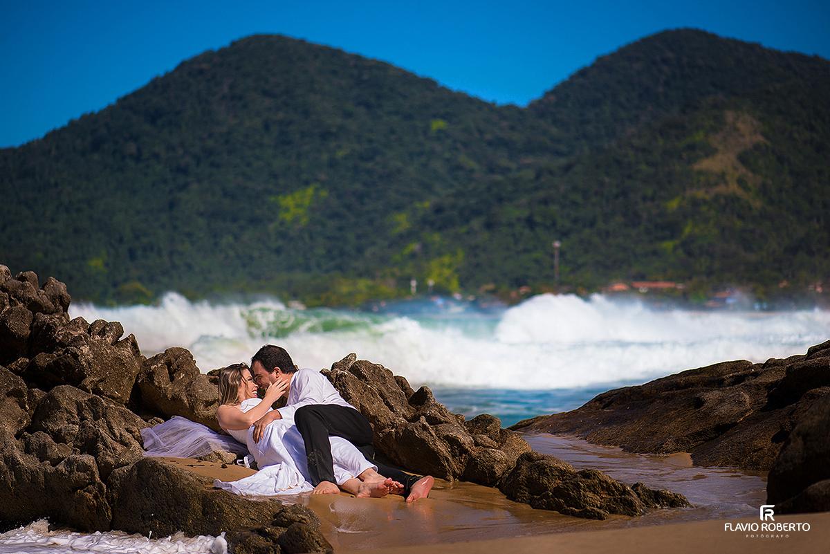 Casal se beijando na beira do mar