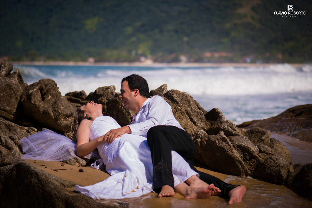 noivos deitados na praia durante Trash the dress