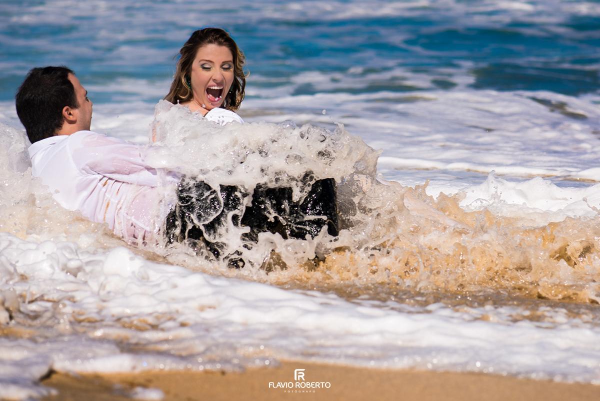 noivos brincando na praia