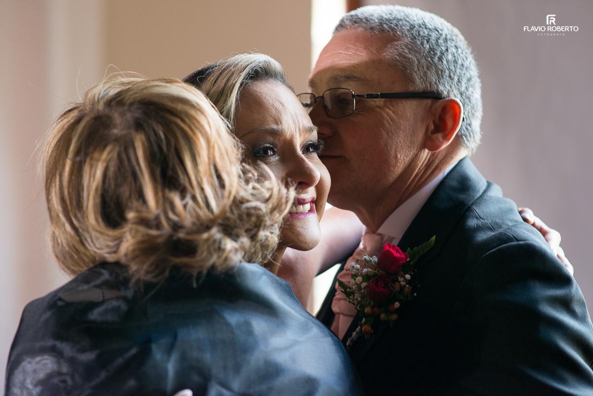 pais abraçando a noiva chorando