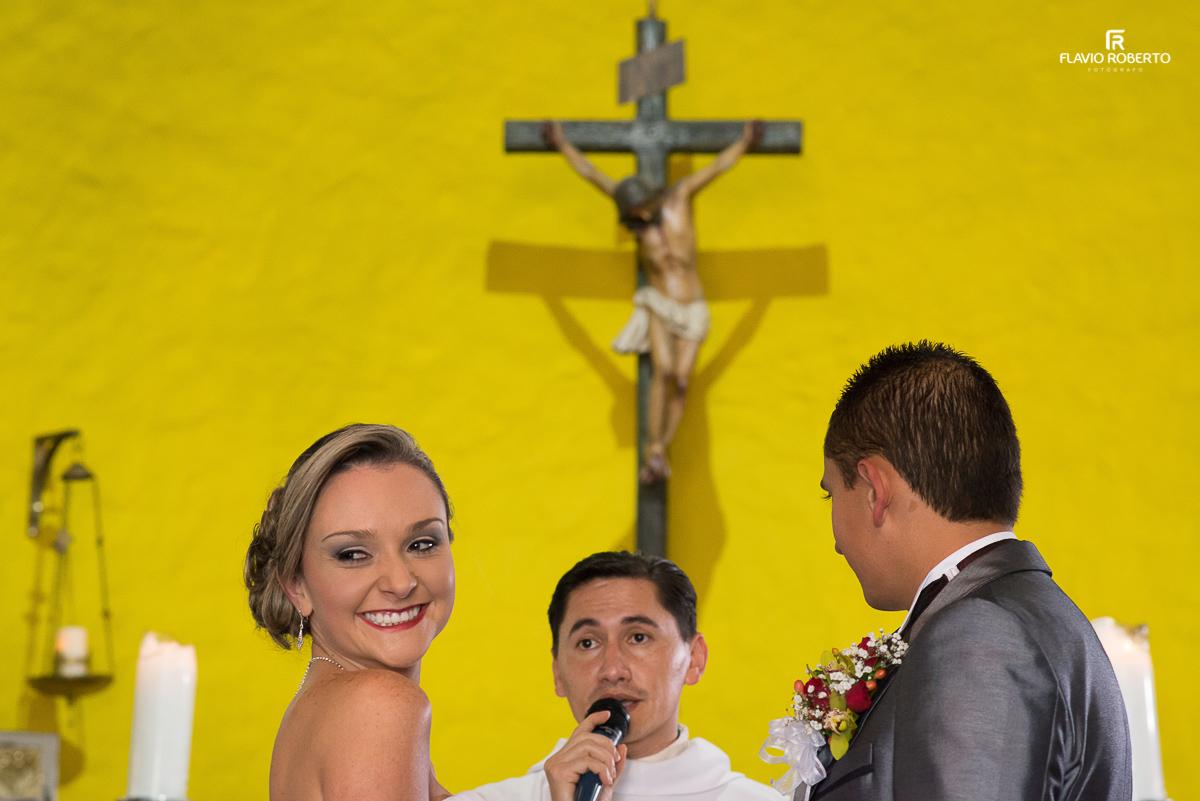 padre falando com os noivos na cerimonia