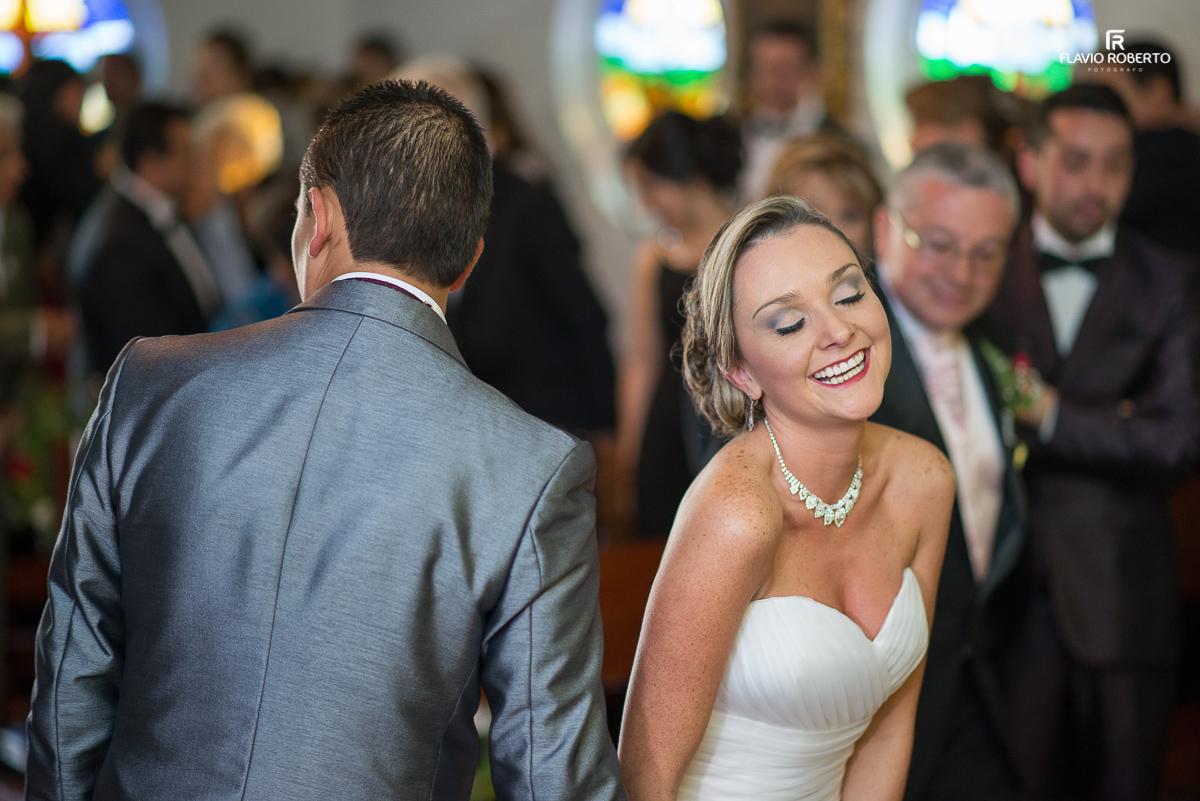 noiva rindo durante o casamento