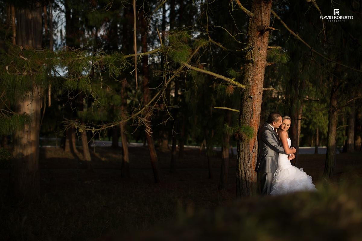 noivos abraçados em um bosque