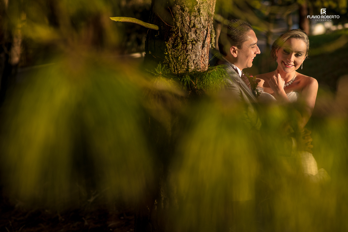 casal de noivos apaixonados no bosque