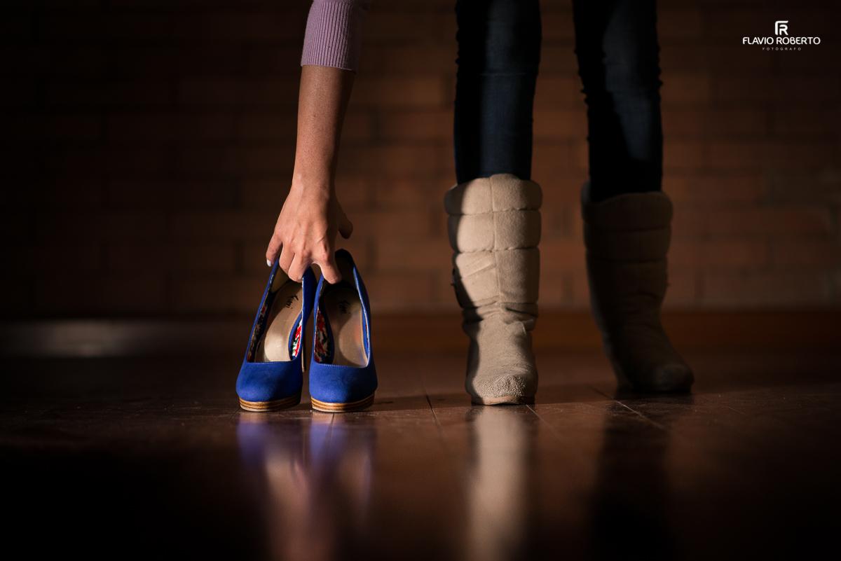 noiva pegando o sapato do casamento