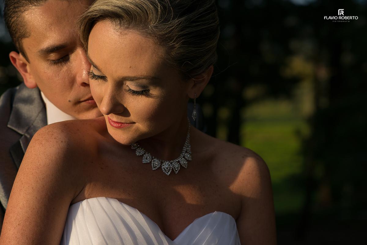 noivo romantico abarçando a noiva