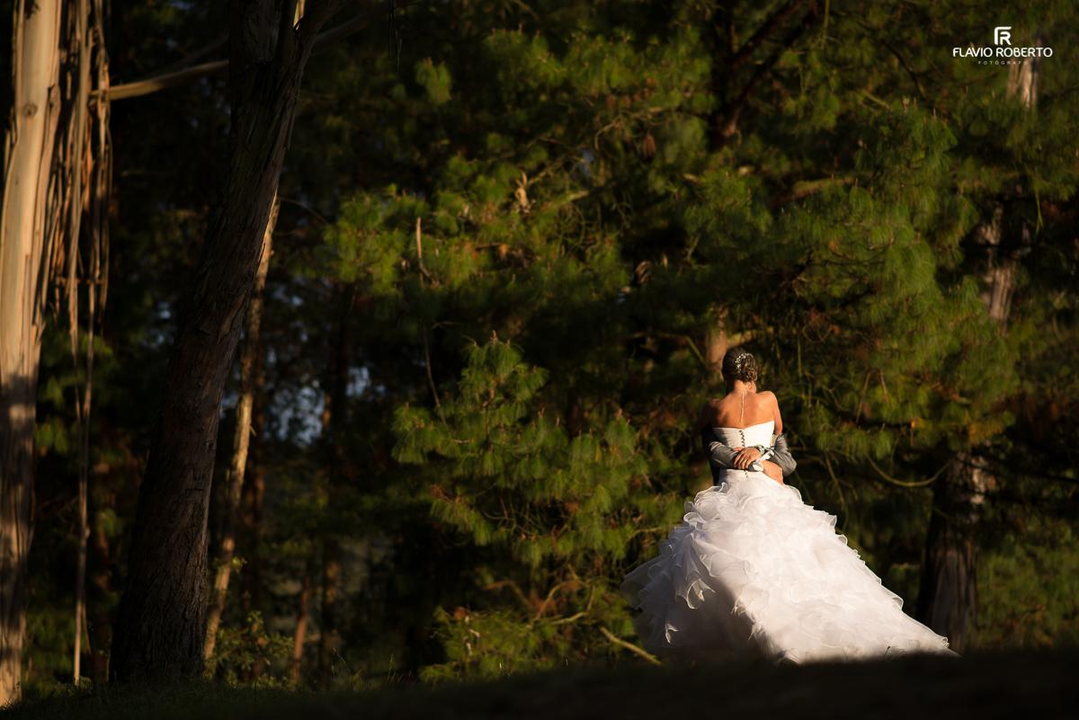 casal de noivos brincando no bosque