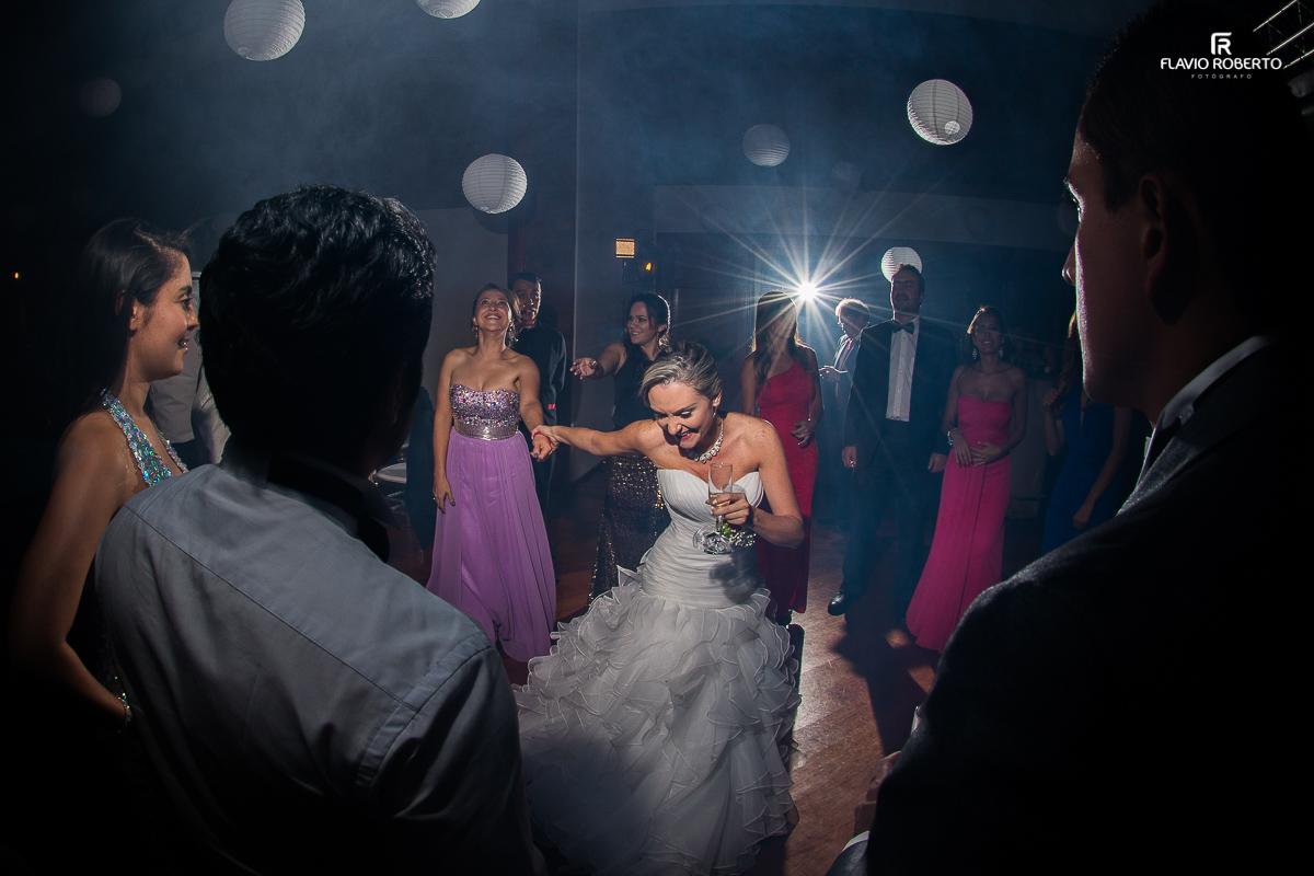 noivas dançando na festa
