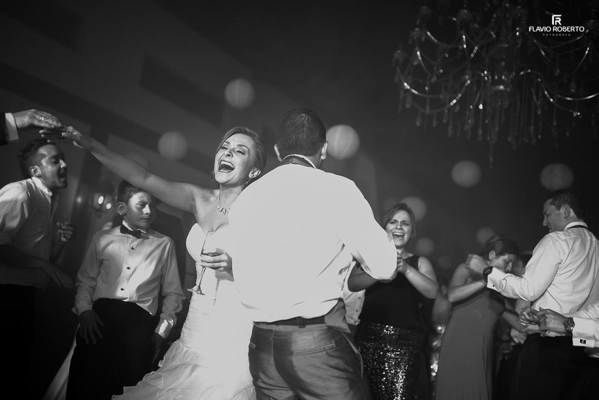 noivos dançanco muito
