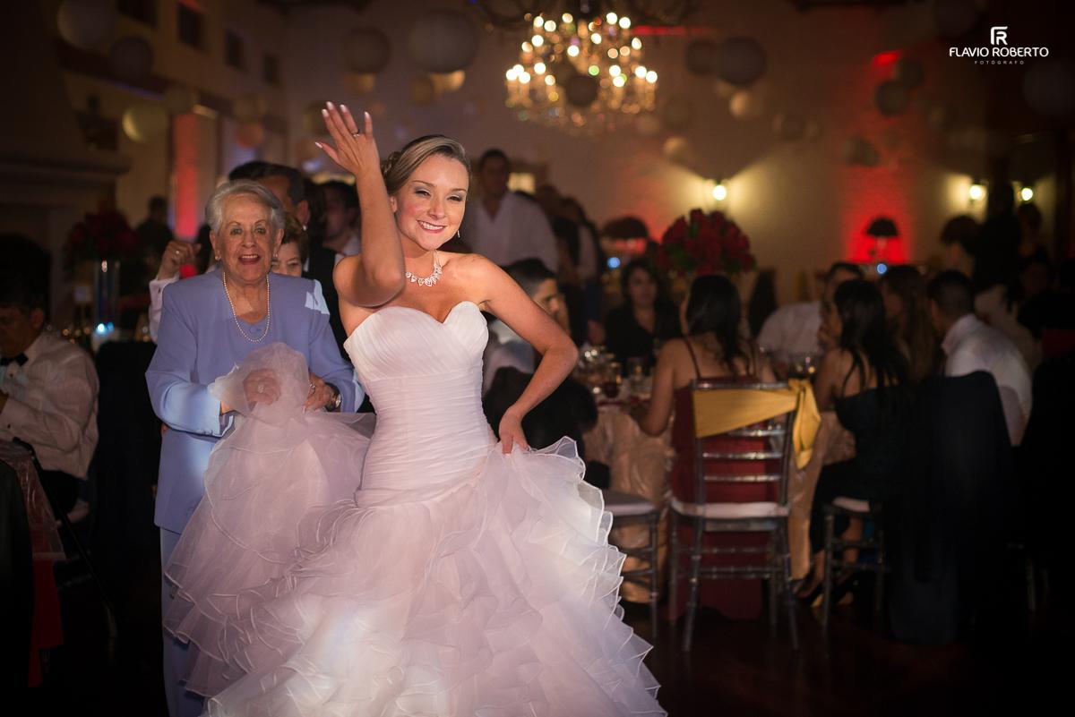 noiva com a avó dançando na festa