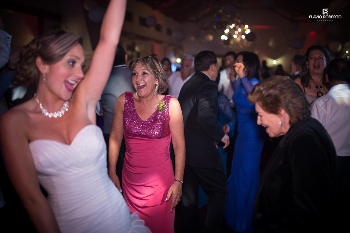 noivas feliz dançando da festa de casamento