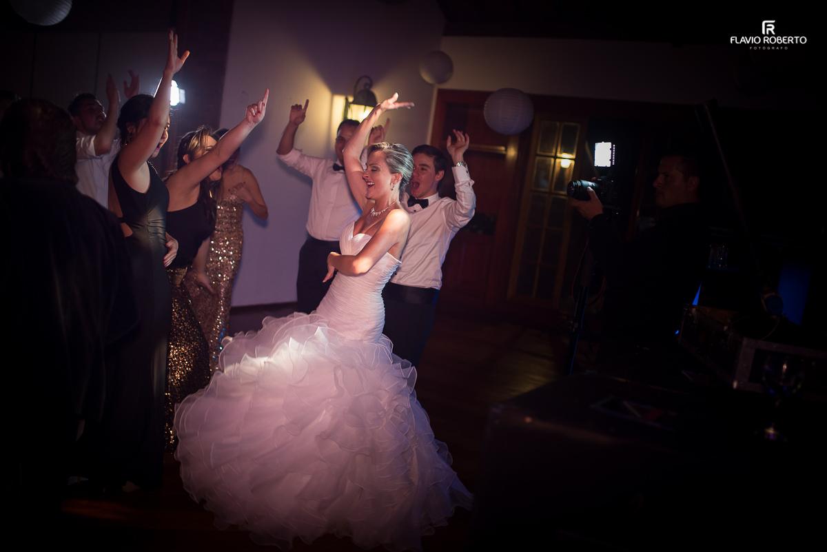 noiva dançando com seus amigos no casamento