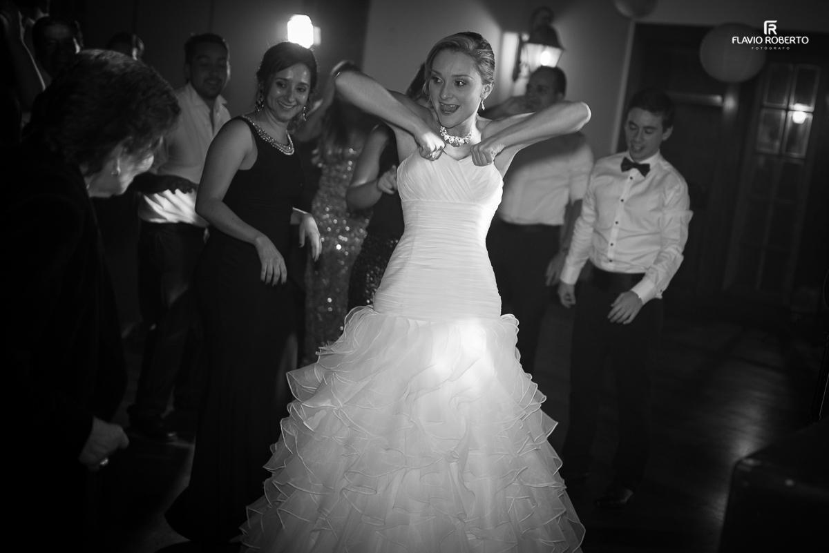 noiva engraçada levantando seu vestido