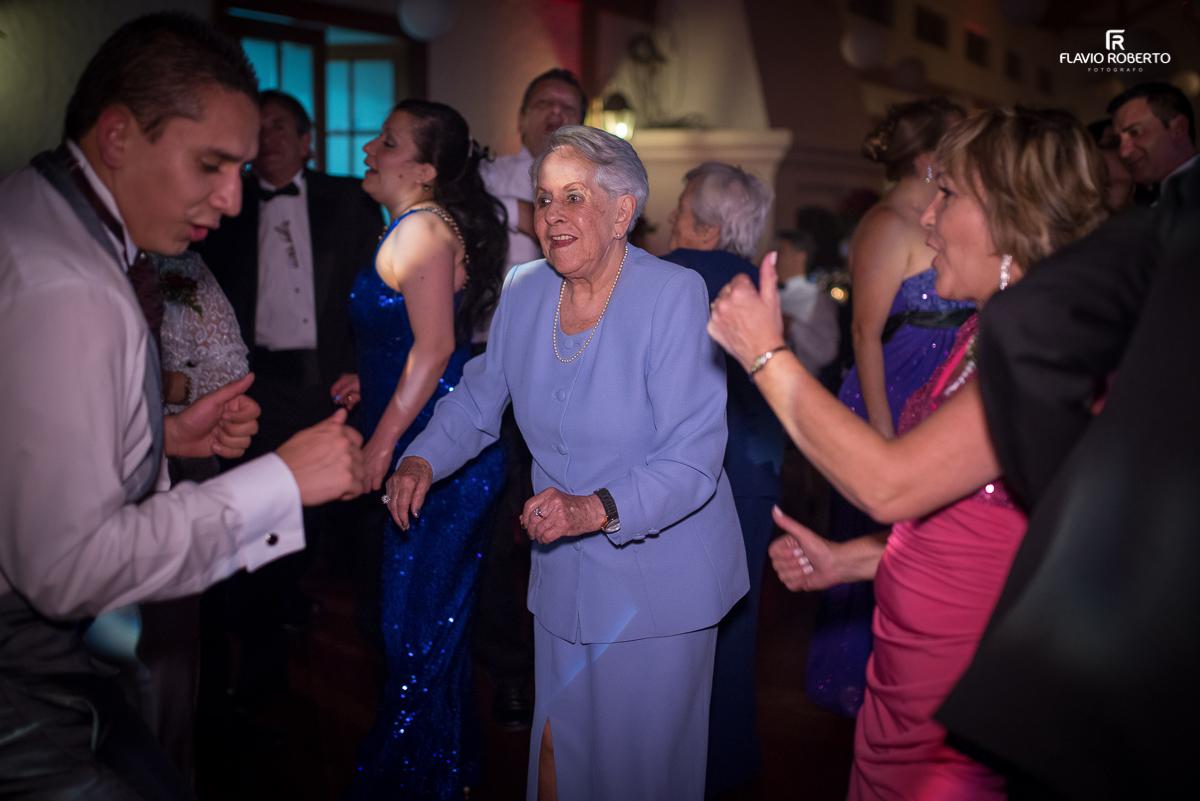 avó dançanco com o noisvo no casamento