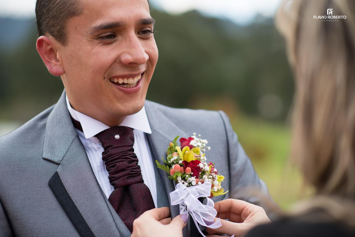 noivo se arrumando para o casamento