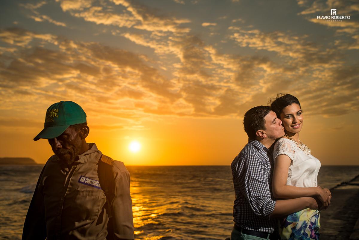namorados apaixonados na praia