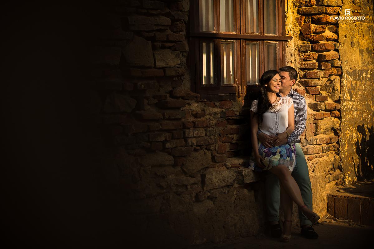 casal se abarçando nas ruínas do castelo
