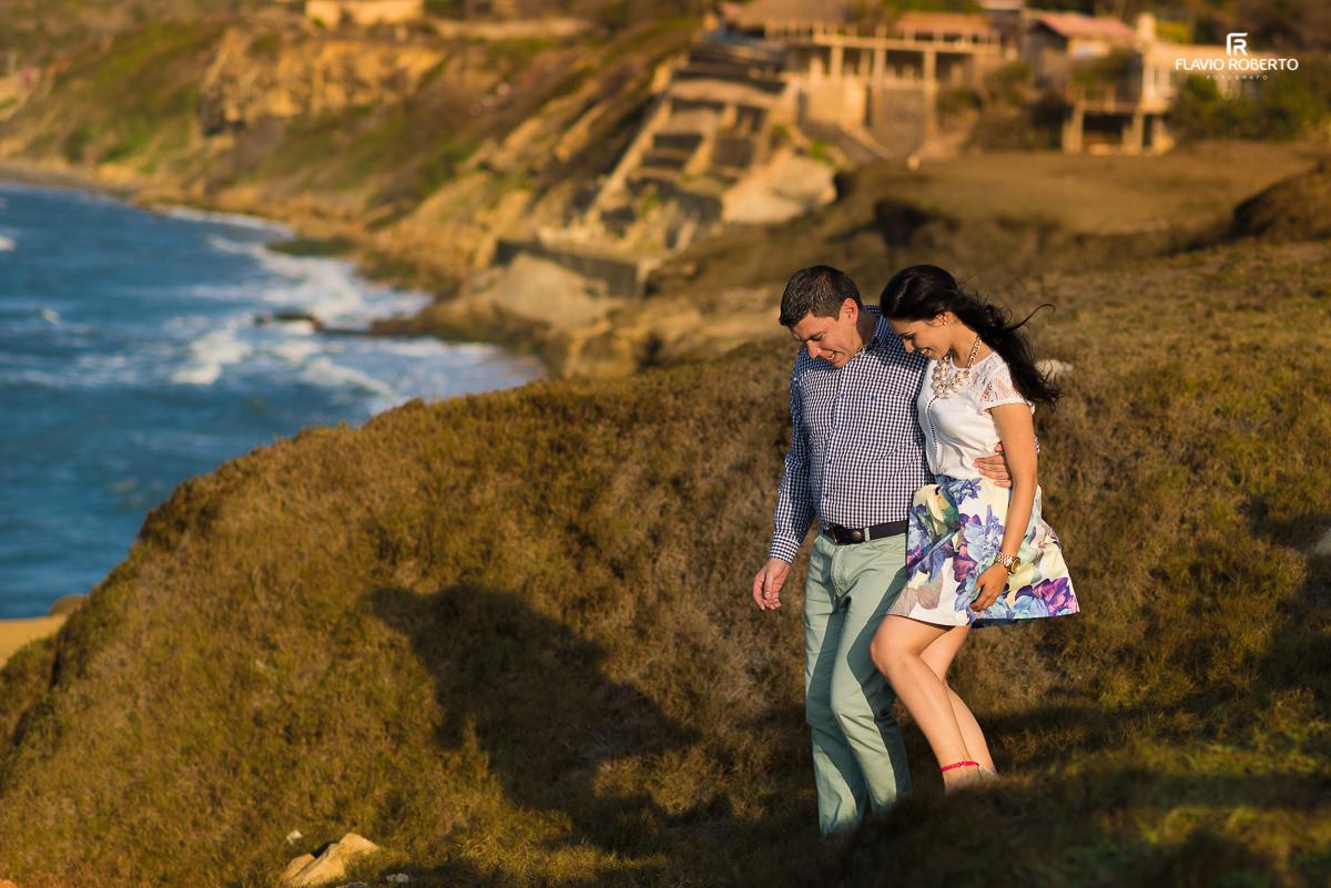casal caminahando para chegar na praia