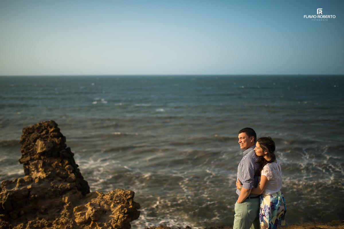 casal na beira do mar durante o por do sol