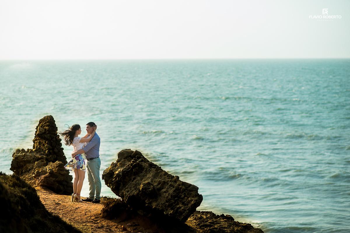 casal abraçado pero no mar cristalino