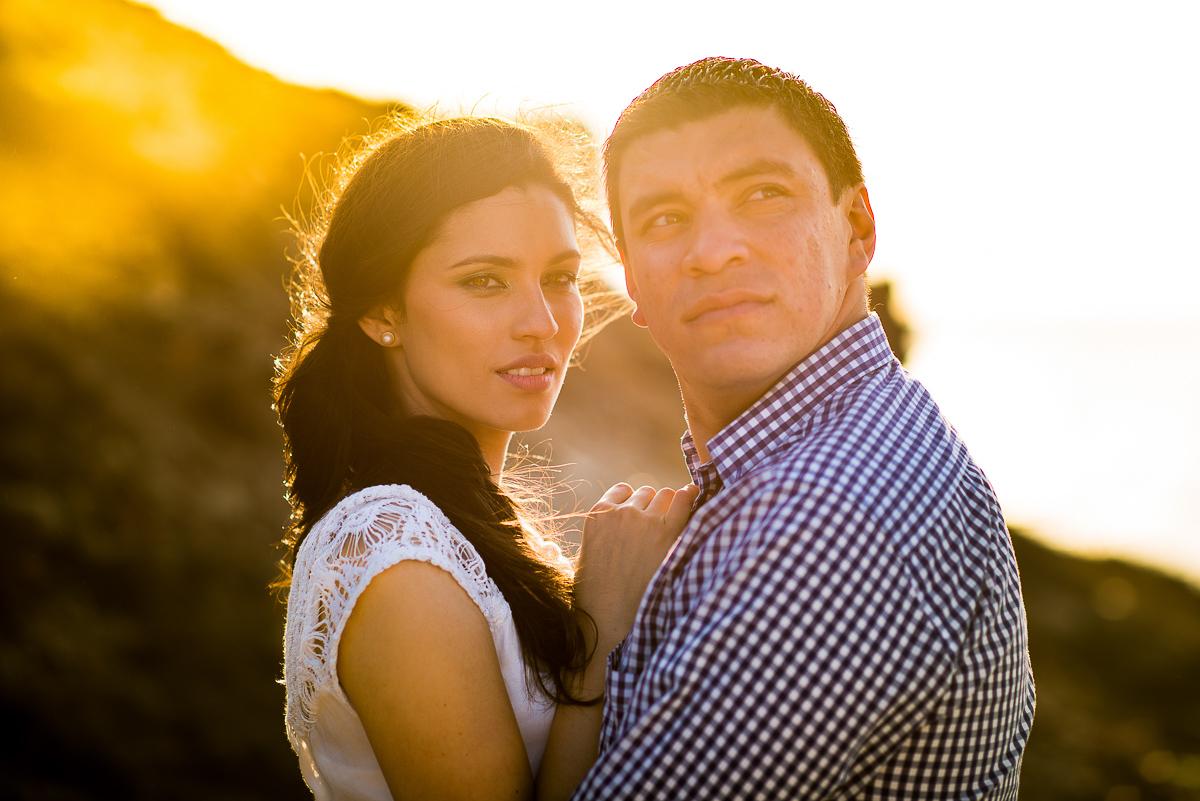 lindo casal olhando o ceu durante o atardecer