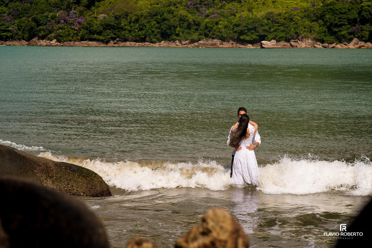 casal de noivos na praia santa rita em ubatuba