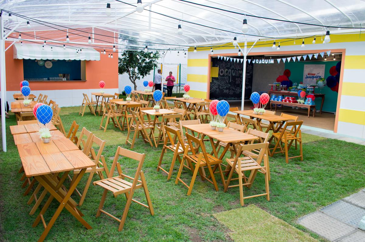 decoracao festa quintal:decoracao-aniversario-infantil-viagem-01ano-bolo-docinhos-quintal-casa