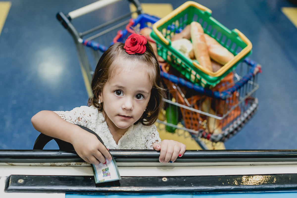 sofia pagando as compras no mercadinhos do buffet miniland