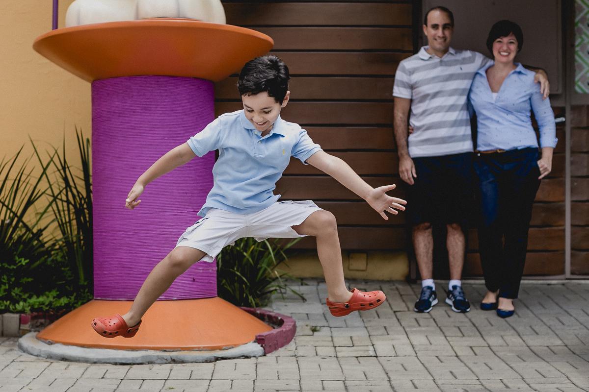 Pedro pulando de alegria na fachada do bffet
