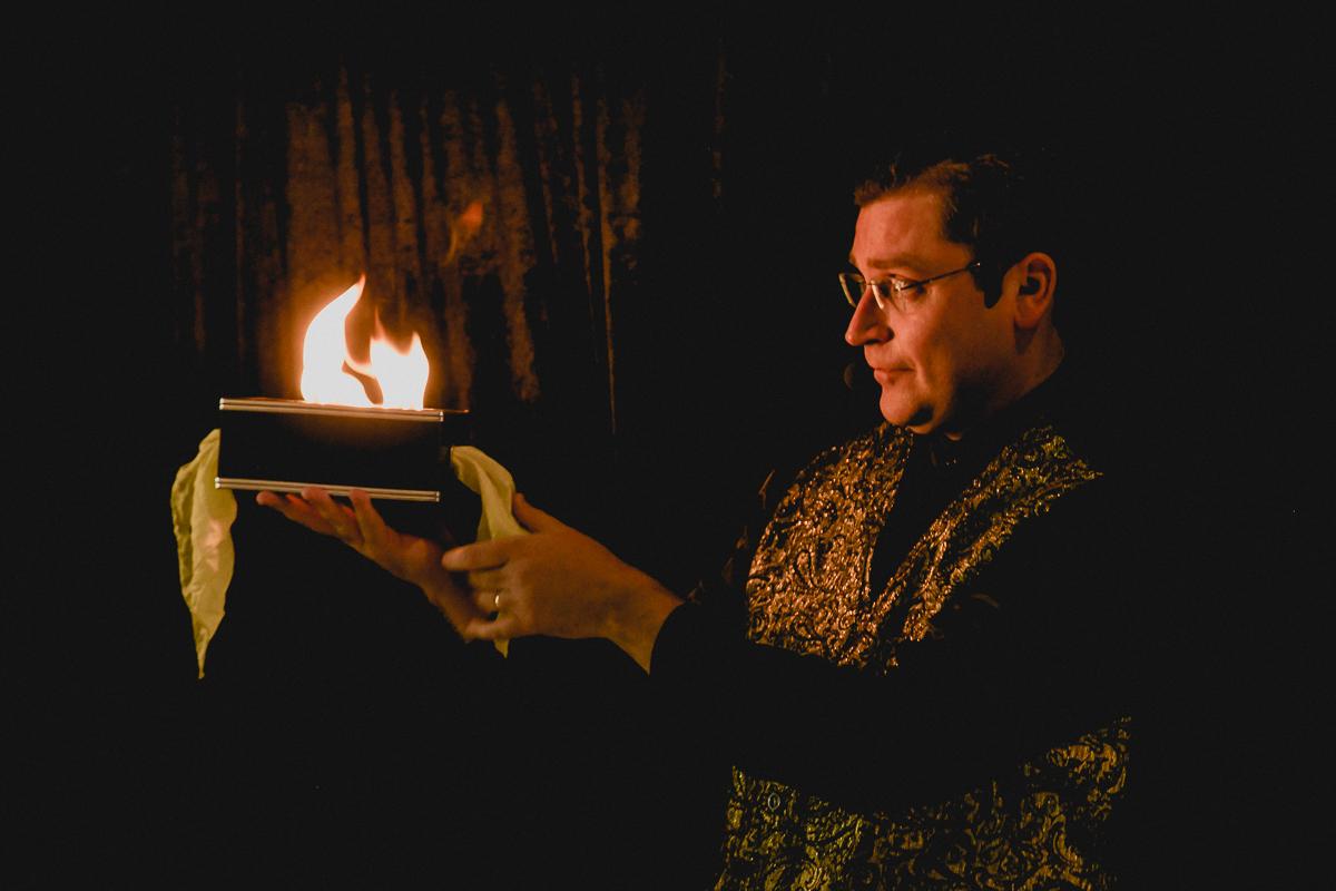 magico colocando fogo na caixa