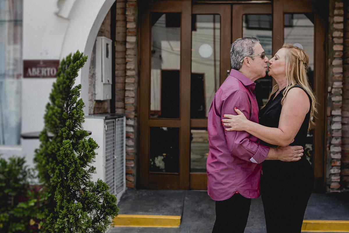 beijo do casal na frente do restaurante bravo bistro