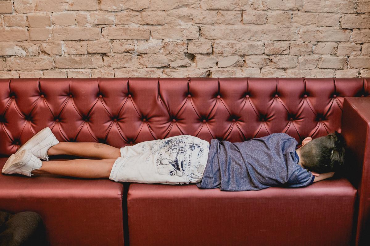 dormindo no sofa do restaurante bravo bistro