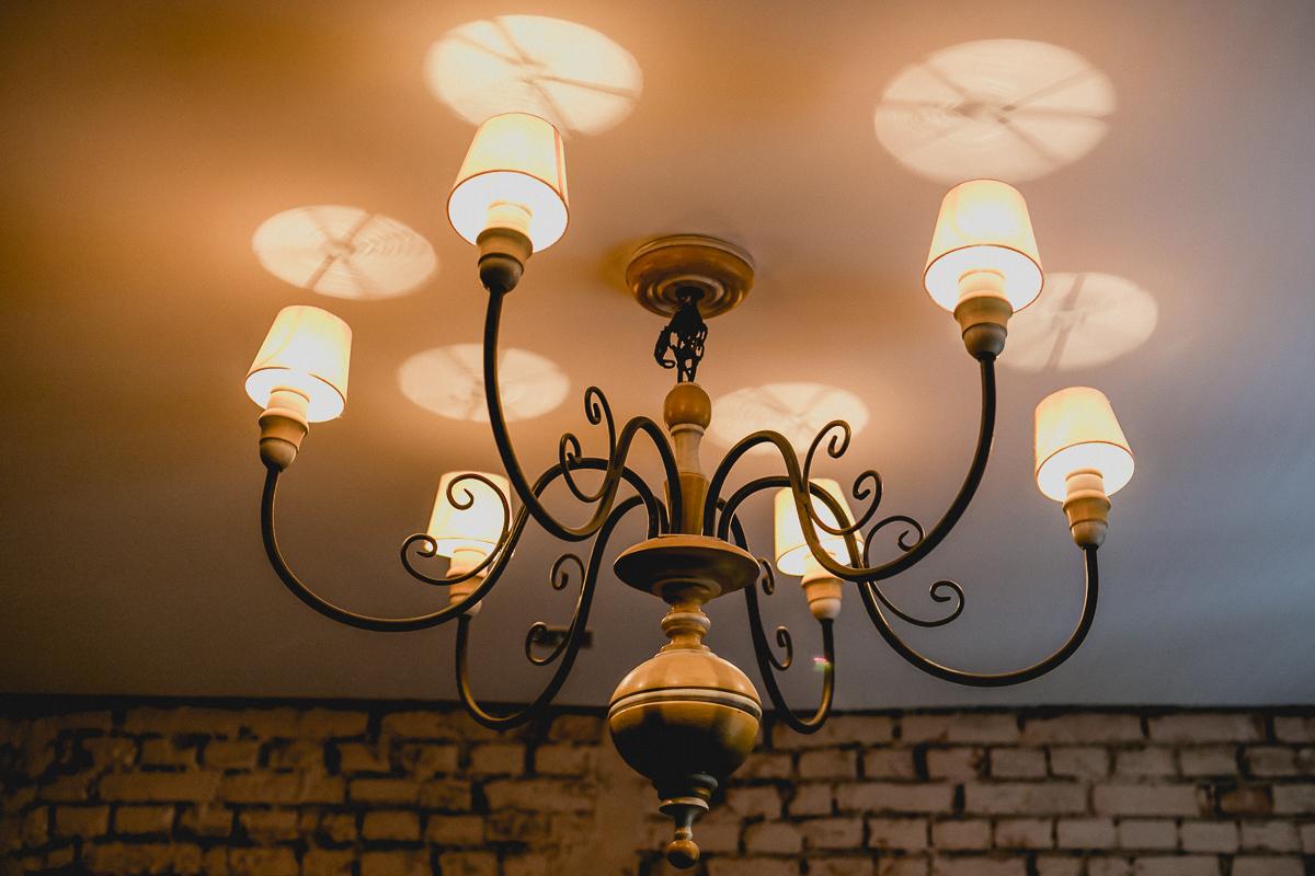 lustre iluminando o restaurante bravo bistro