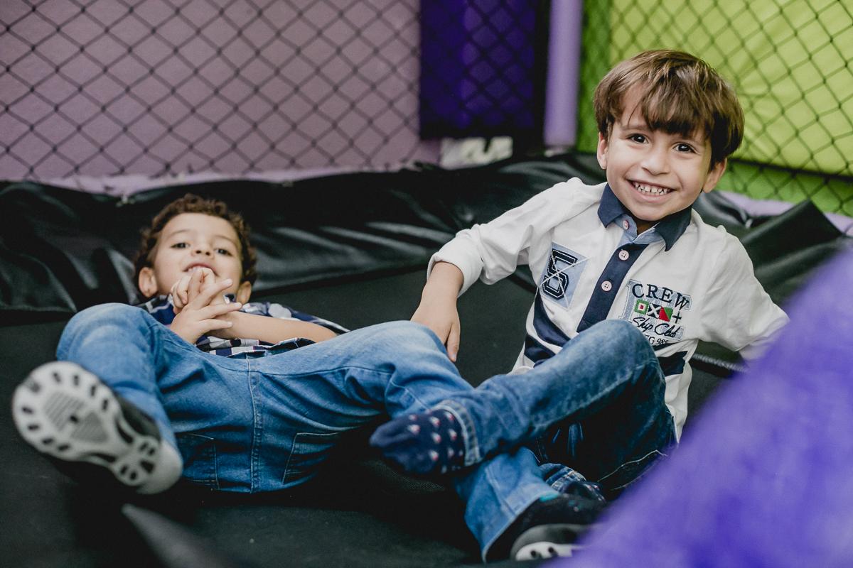 Pedro e amigo brincando no pula pula