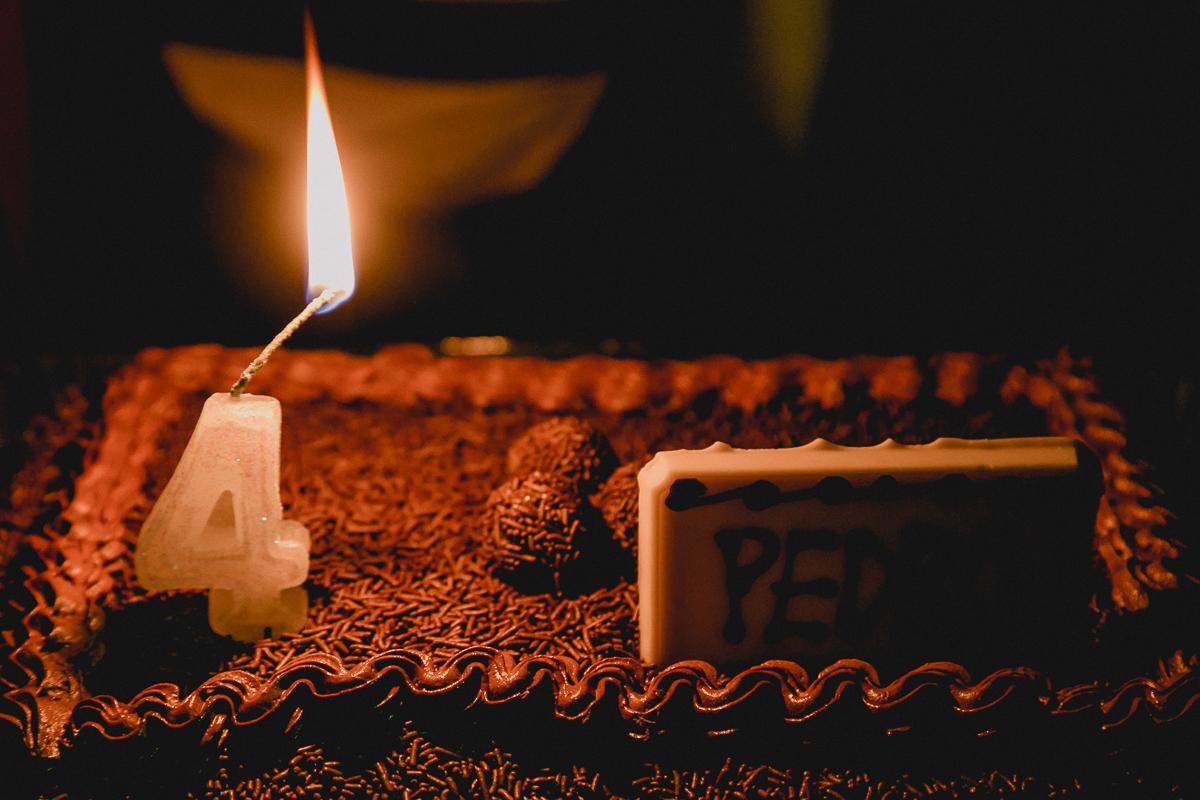 acendendo a vela para cantar o parabens