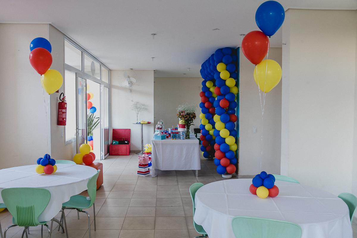 interior do salao de festas do condominio e mesa com o tema avioes