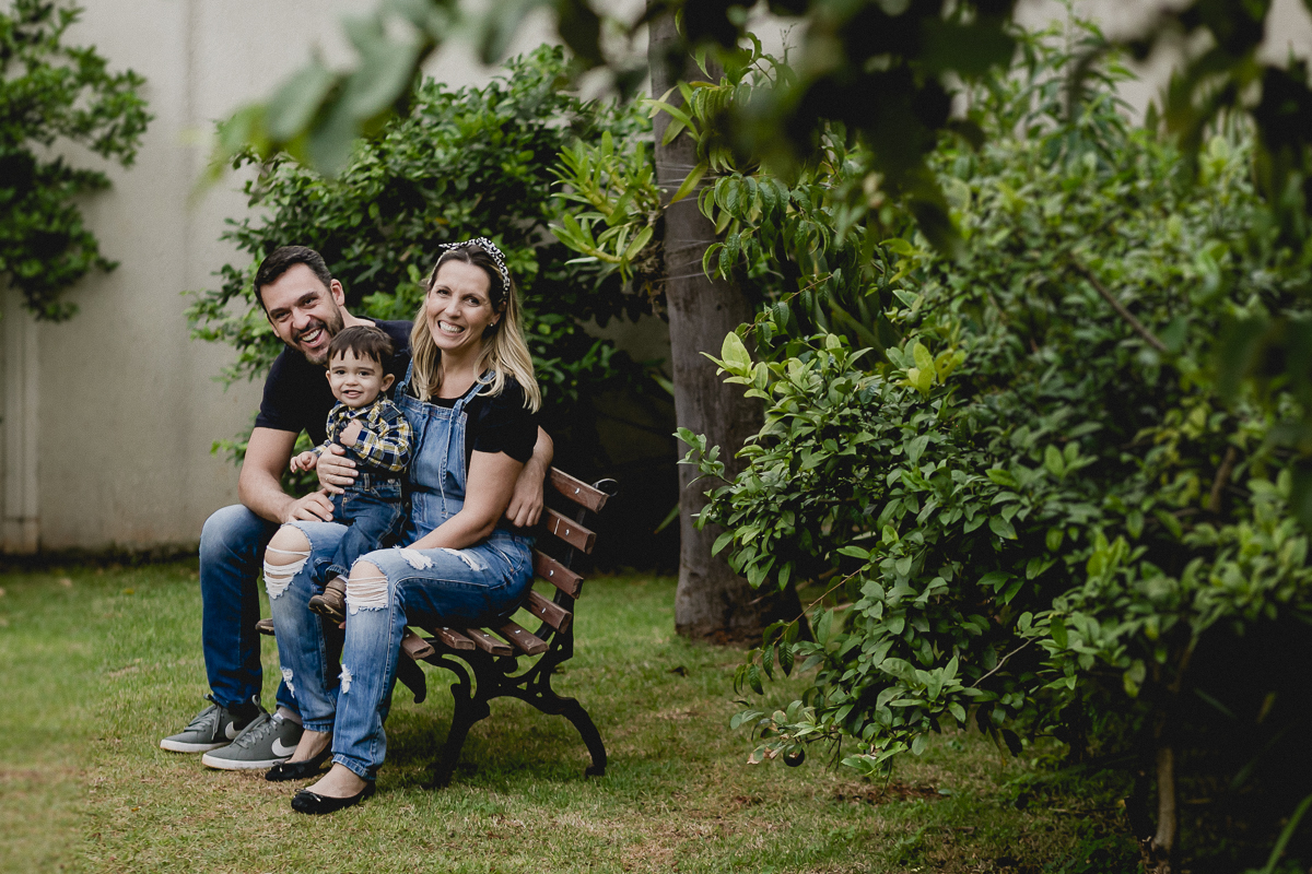 familia sentada no banquinho e se divertindo