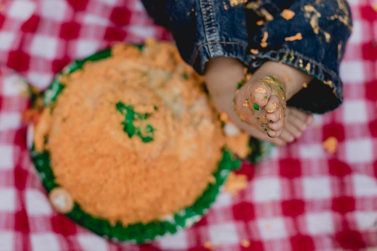detalhes do pezinho proximos ao bolo usado no smash the cake