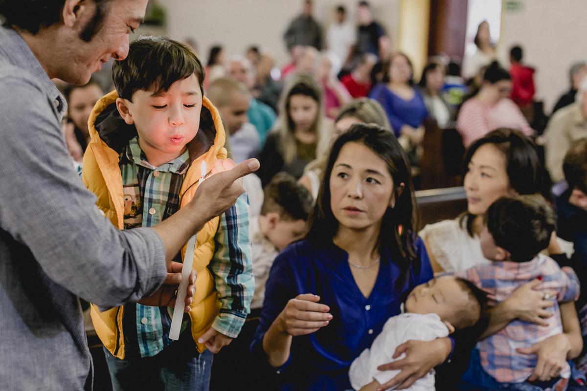 Assoprando a vela do batizado na paroquia sao jose da vila zelina