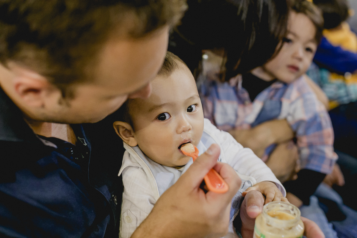 comendo papinha no batizado