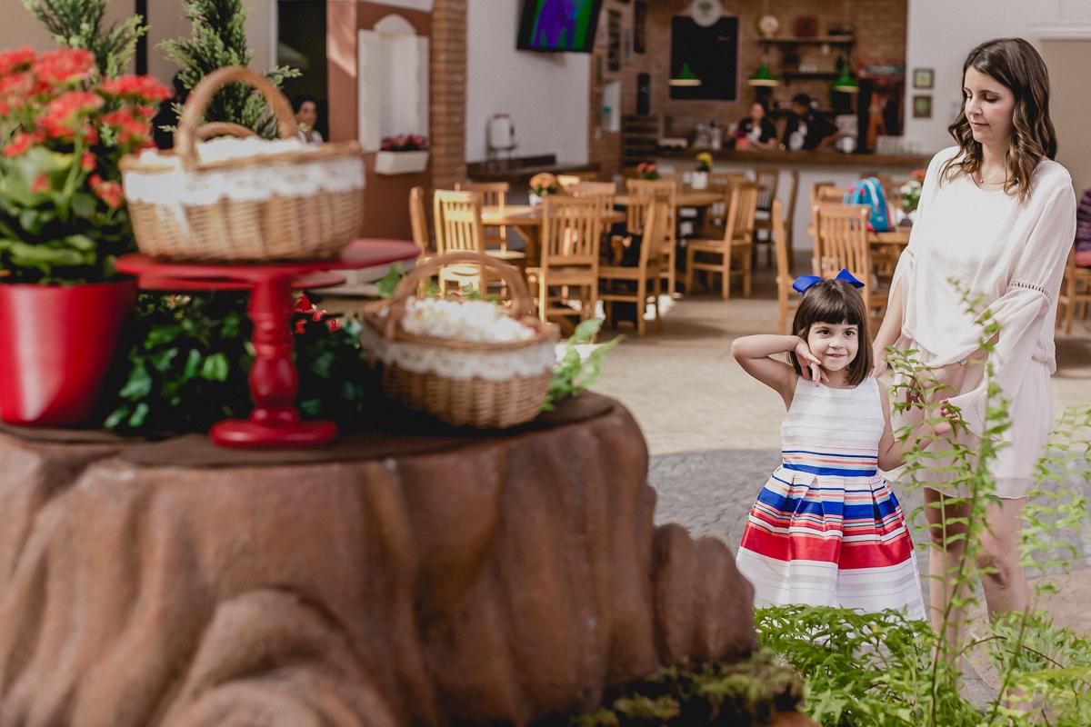 olhando a mesa do bolocom a mamae
