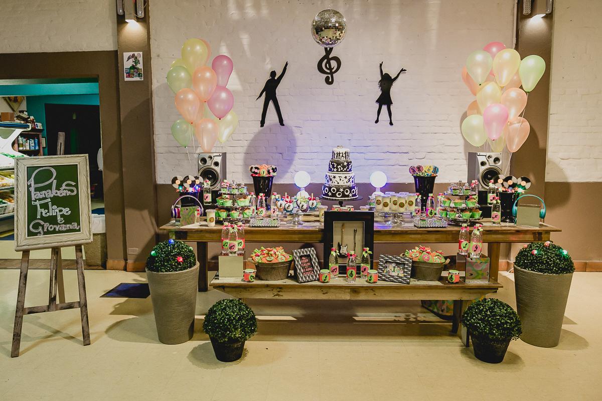 Mesa do bolo da festa infantil com o tema discoteca