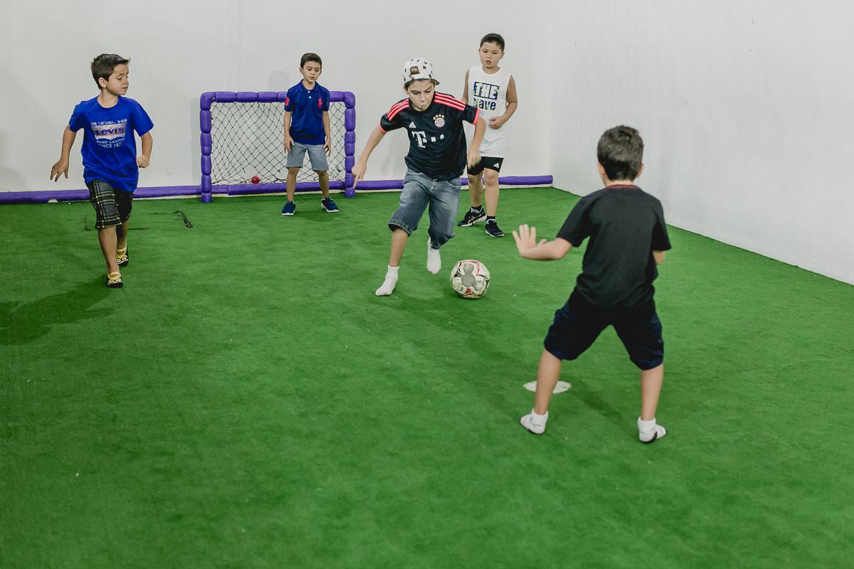 jogando futebol com os amigos na quadra do buffet brincar e sonhar