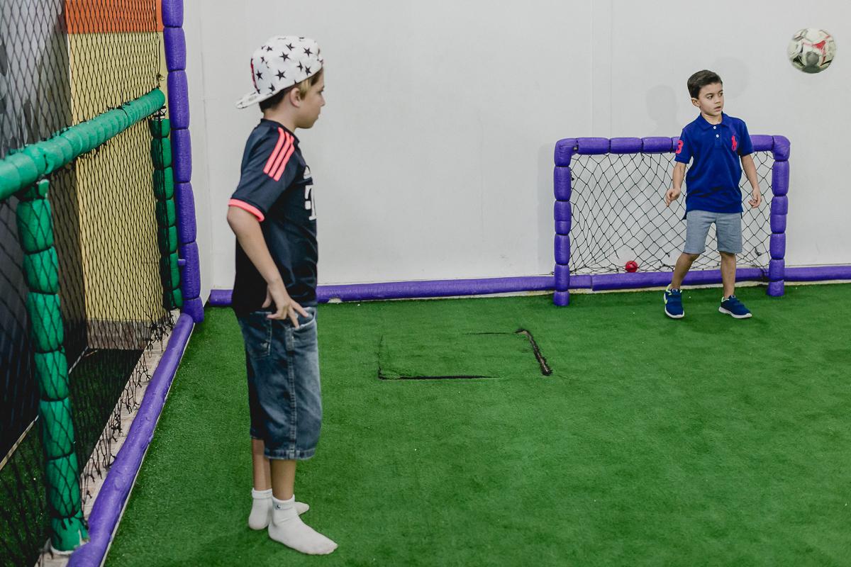 jogando futebol com os amigos na quadra